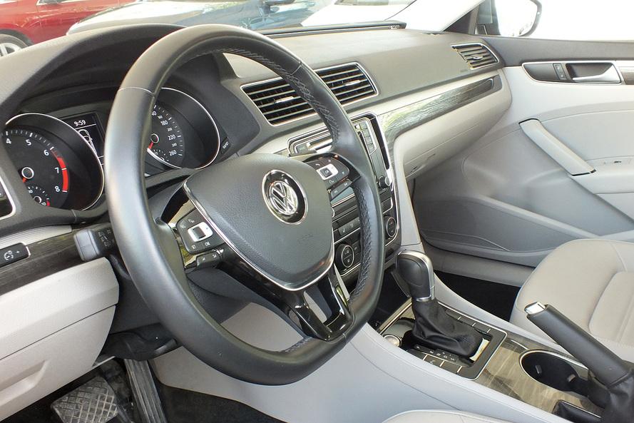 Volkswagen Passat 2.5 SEL Leather Seats  Moon Roof - 2016