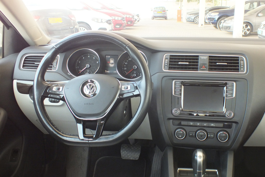 Volkswagen Jetta 2.5 SEL with Leather Seats, Moon Roof and Cruise Control - 2017